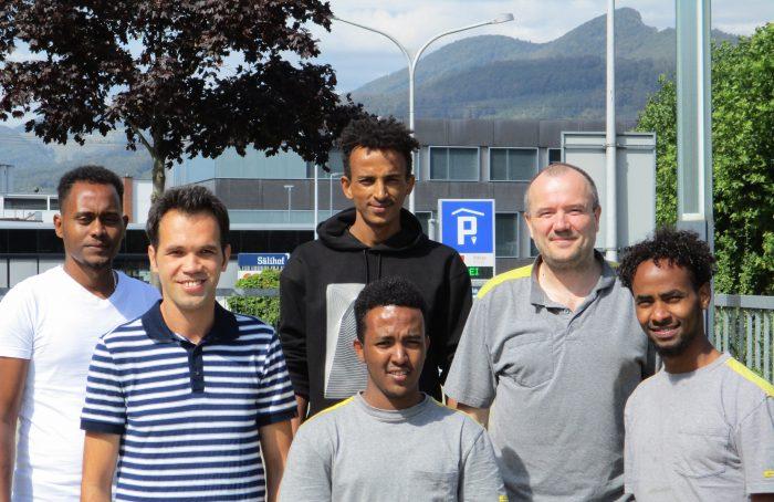 Il formatore di apprendisti in azienda Samuel Kropf con i cinque apprendisti del pretirocinio integrativo.