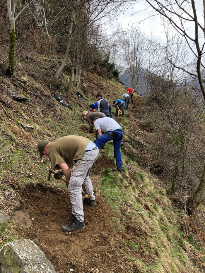 Teamwork gehört dazu: Die Post-Lernenden arbeiten engagiert im Calancatal und erweitern zugleich ihre sozialen Kompetenzen.