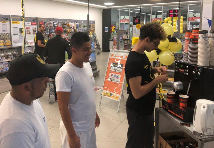 Iano Peronne est passée devant le guichet pour offrir le café aux clients. »