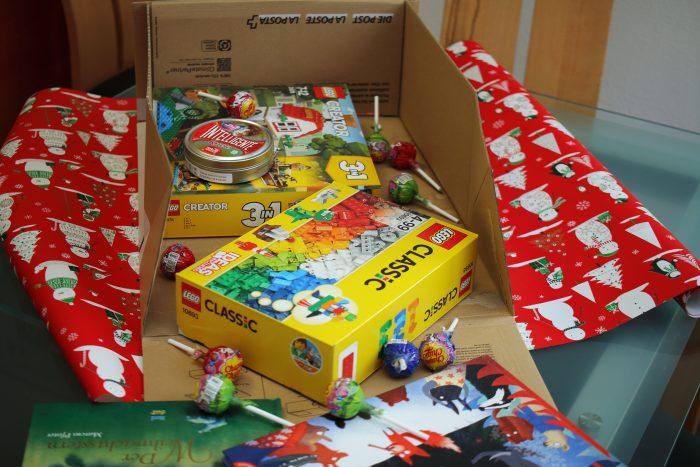 Barbara Schluchter-Donski wollte eine Klasse der Basisstufe in Mürren mit einem Weihnachtspäckli überraschen. Ins Päckli wanderten deshalb Bücher, Süssigkeiten und Spielsachen.