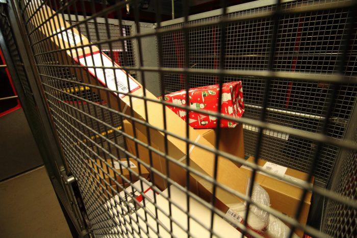 Im Paketzentrum Härkingen ist das auffällige Päckli eines von vielen, das an diesem Tag über die Förderbänder fährt. Die Post verarbeitet an einem Spitzentag vor Weihnachten in ihren drei Paketzentren Daillens, Härkingen und Frauenfeld 1.3 Mio. Pakete. Im letzten Jahr ist die Paketmenge in den Tagen vor Weihnachten gegenüber einem durchschnittlichen Tag um über 30% angestiegen. 2018 erwartet die Post noch einen grösseren Anstieg.