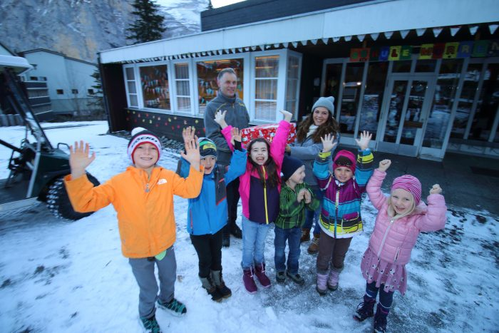 Hans von Allmen übergibt das Weihnachtspäckli an Sophia Gertsch, die Klassenlehrerin der Basisstufe Mürren. Die Freude der Kinder über die gelungene Überraschung ist gross!