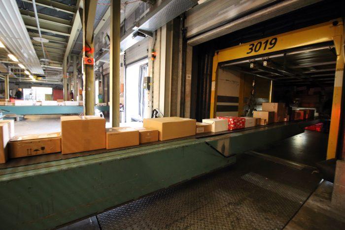 Direkt vom Container gelangt das Weihnachtspäckli über ein Förderband auf die Sortieranlage. Um genau zu sein, heisst der Container im Pöstlerjargon Wechselbehälter und das Förderband Teleskopband.