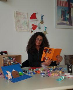 Samanta Strebel ouvrant les lettres envoyées au Père Noël par des enfants de toute la Suisse.