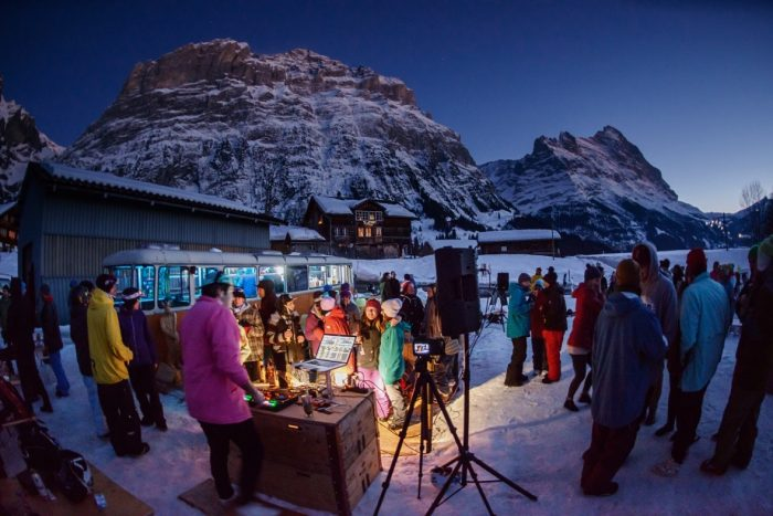 Ein altes Postauto steht jetzt als Bar in Grindelwald und beglückt Après-Ski-Gäste mit einem nachhaltigen Konzept. (Quelle: www.busstopbar.ch)