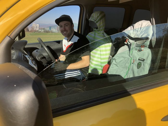 «All'inizio era un po' strano avere il volante a destra, ma poi ci si abitua molto velocemente. Molto più in fretta che alla guida a sinistra», afferma lo studente. I due sedili anteriori servono da appendiabiti.