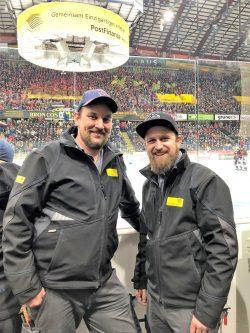 Am Match-Tag hautnah dabei: David Kalbermatten und Lukas Bühlmann (rechts). In den Pausen gibt es jeweils einiges zu tun.