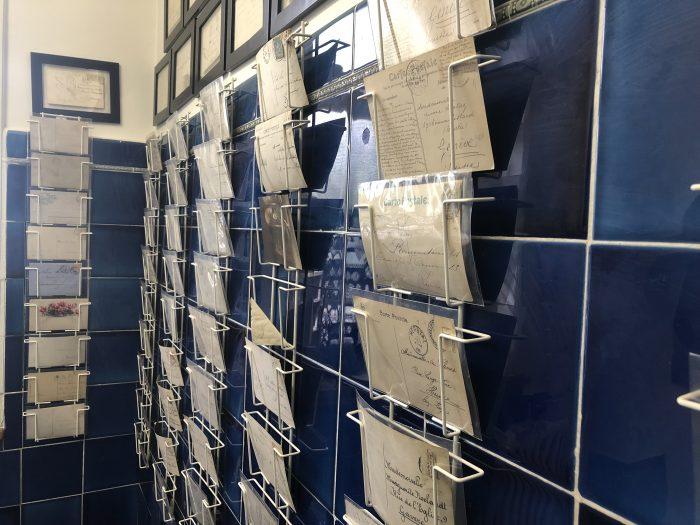 Ein Raum der Ausstellung «Schein und Sein» ist nur über 100-jährigen Postkarten und Briefen gewidmet, die geheime Botschaften bergen.