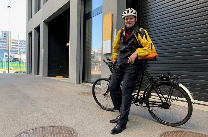 Reconnaissable de loin: à chaque fois qu'il en a l'occasion, Stephan Fischer enfile son gilet jaune Poste bien visible pour ses déplacements à vélo.
