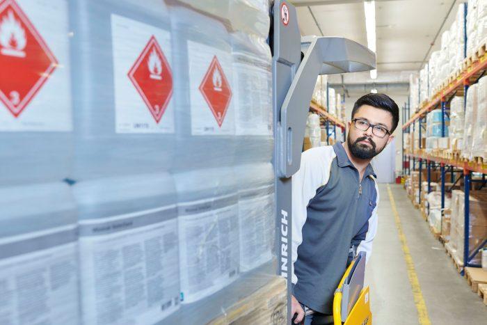 Ein Mitarbeitender von PostLogistics verschiebt im Logistikzentrum Villmergen sorgsam einen entzündbaren, flüssigen Stoff.