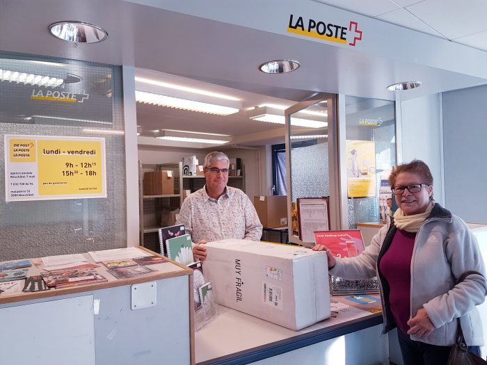 Pascal Jaquet am Schalter der Filiale mit Partner Foyer Handicap, Neuchâtel 7 Mail.