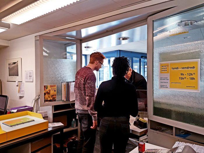 Unterstützt von einem sozialpädagogischen Werkstattleiter bedient eine Angestellte von Foyer Handicap einen Kunden.