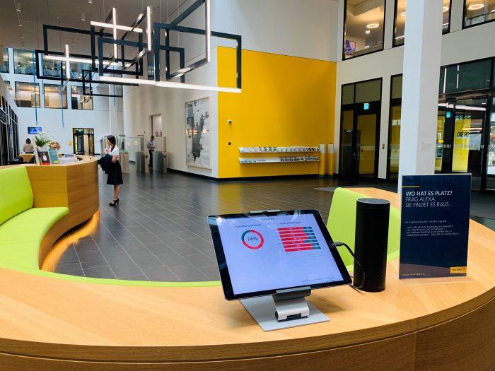 Beim Eingang in den Hauptsitz der Post im Bereich des Empfangs erfahren Mitarbeitende auf einen Blick, wie das Gebäude und die einzelnen Etagen in diesem Moment ausgelastet sind.