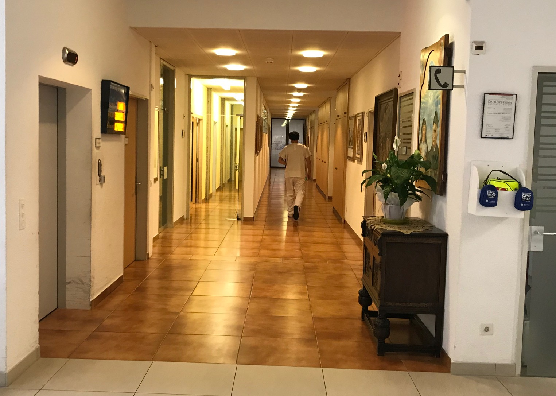 Le camere dei residenti al piano terra sono proprio accanto allo sportello postale/ Immagine: Nathalie Dérobert