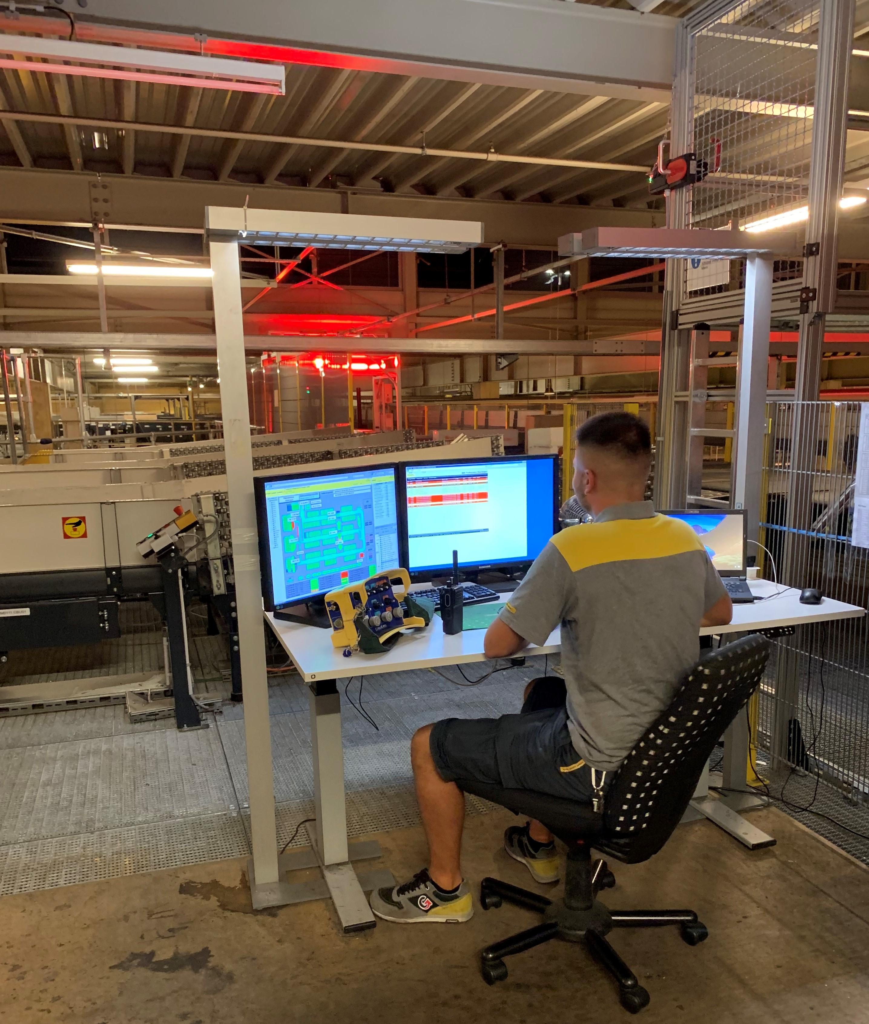 Wie Adlerhorste in Bäumen verteilt befinden sich auf der Anlage Computerstationen, in denen im Minutentakt die Störungsmeldungen zu den Betriebstechnikern gelangen.
