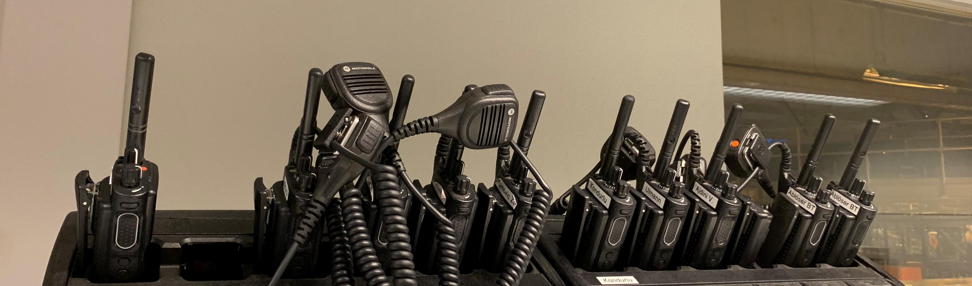 Wichtiges Utensil nebst Werkzeug für die Anlage: Per Funk verständigen sich die Betriebstechniker über Fortlauf der Reparatur, Unterstützung oder benötigte Ersatzteile aus dem Ersatzteillager.