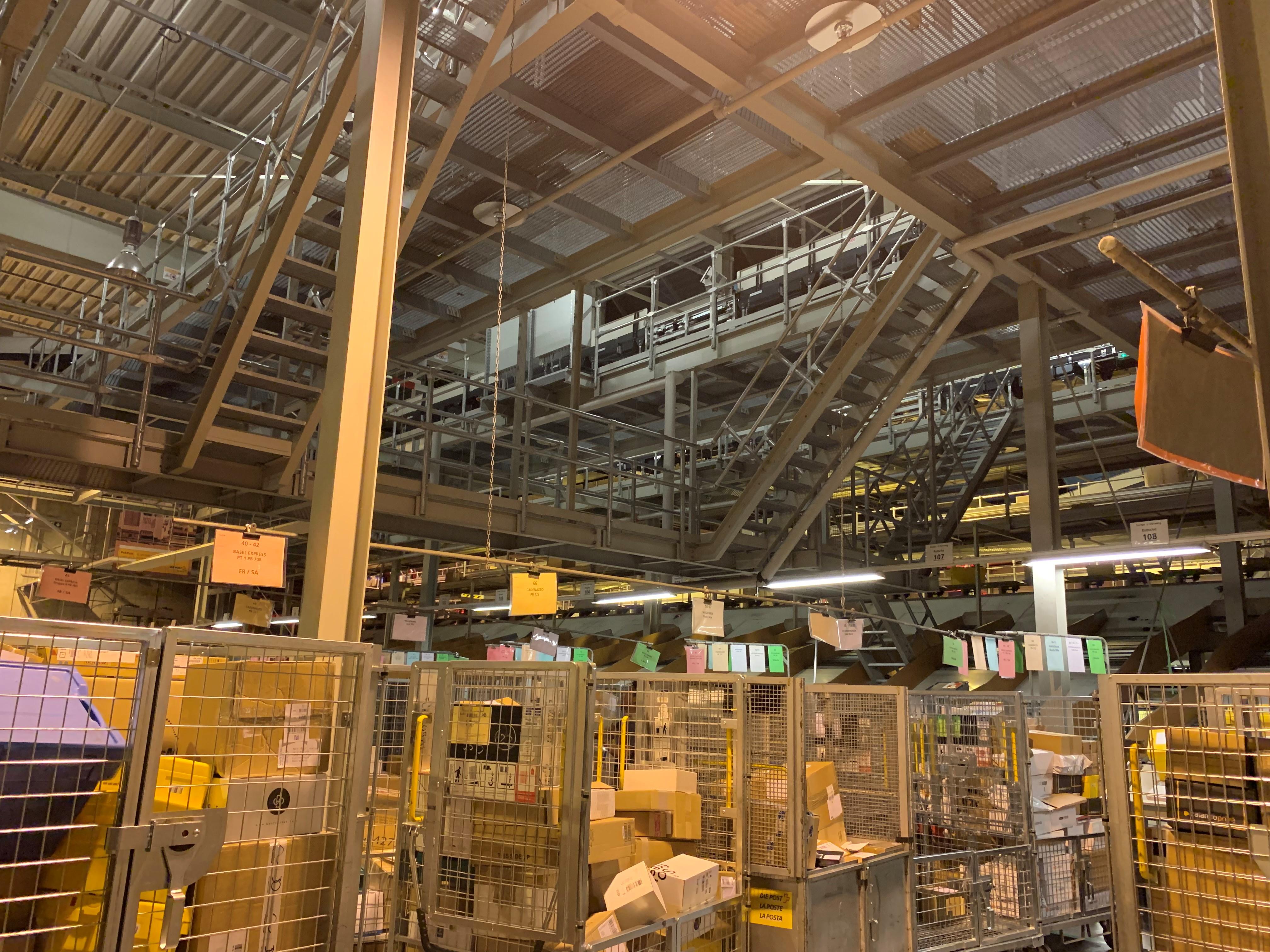 Gut 12 Meter über dem Boden beginnt im Paketzenter Härkingen die Welt der Betriebstechniker mit ihren Stegen und Rampen auf dem Stahlkoloss für die minutenschnelle Wartung der Sortieranlage.