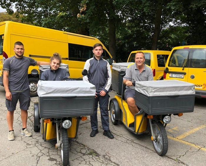 Due dei quattro nuovi tirocinanti addetti al recapito della RRL di Bienne e i loro formatori: (da sinistra a destra) Fabio Florentino, Dalia Bujan Garcia di Bienne, Emal Beciri di Orpond e Philippe Glatz.