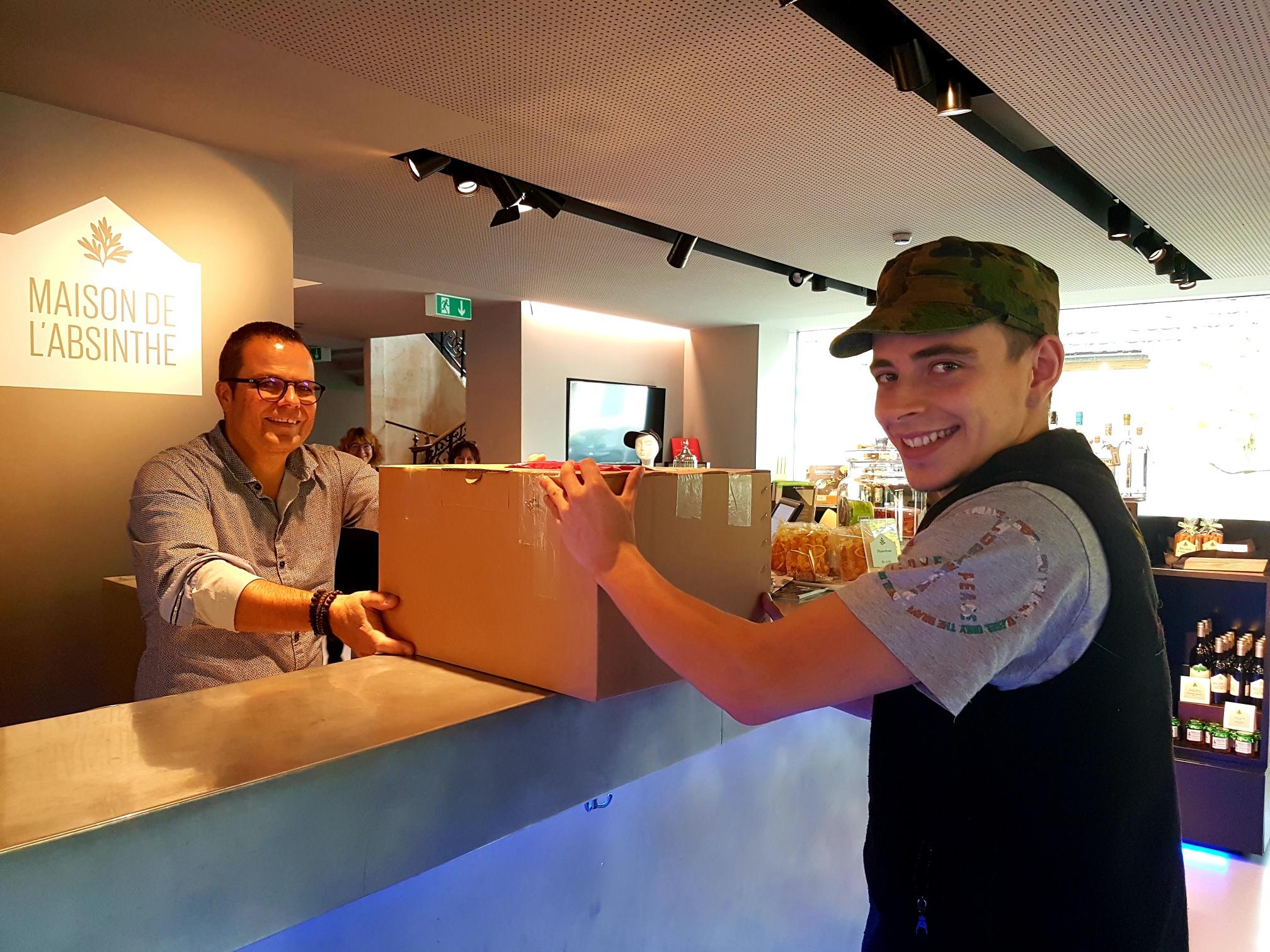 L'intraprendente responsabile della filiale, Yann Klauser, consegna un pacco a un cliente.