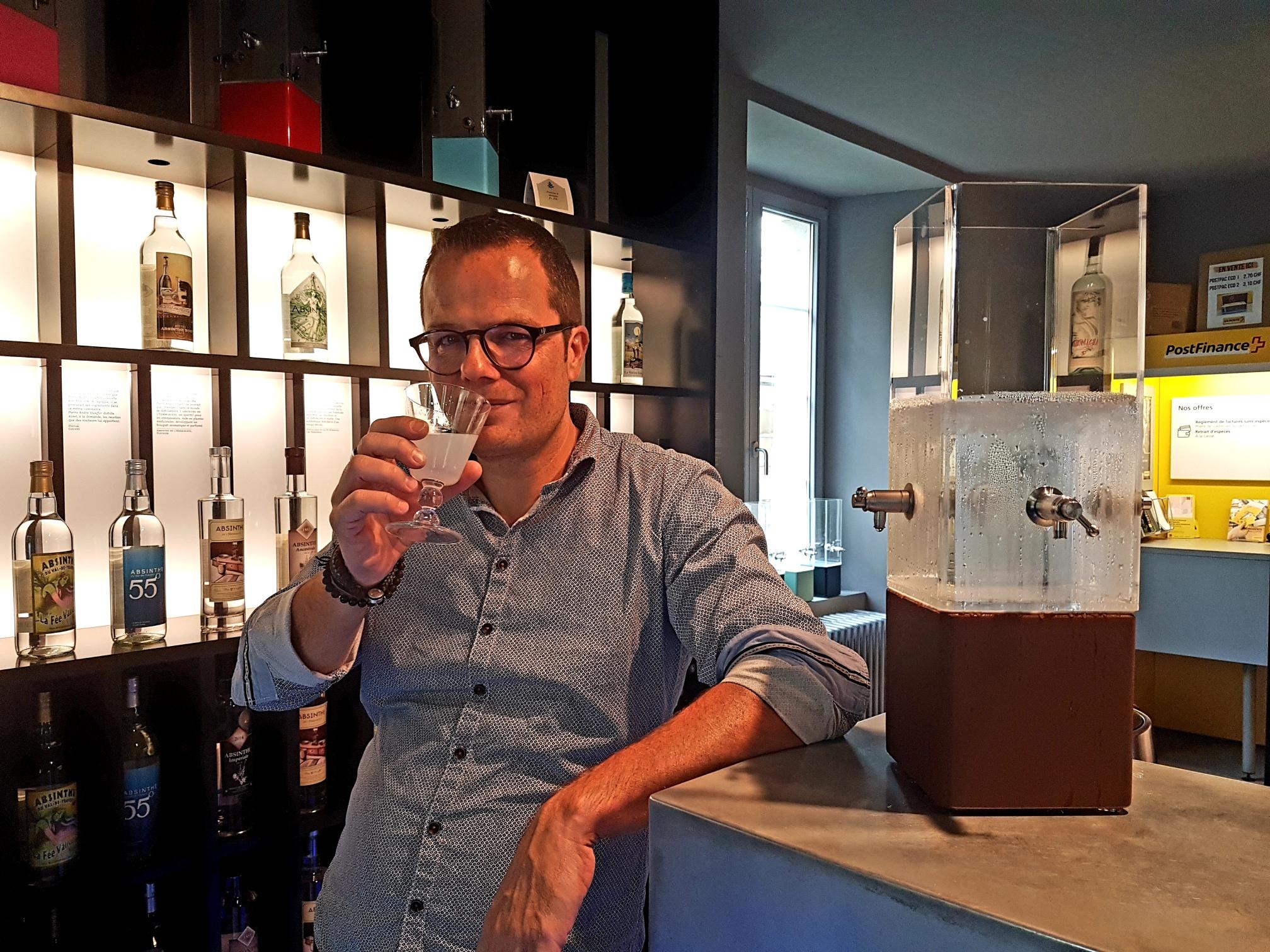 I clienti della filiale sorseggiano volentieri un bicchierino di «bleue» all'ora dell'aperitivo.