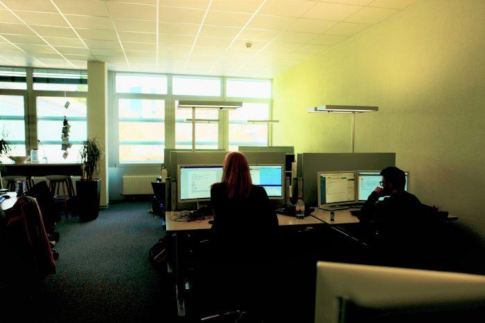 Hier ist die Post grün, das Licht gedämpft, die Atmosphäre luftig: Contact Center in Fribourg (hier im Standort für Geschäftskunden).