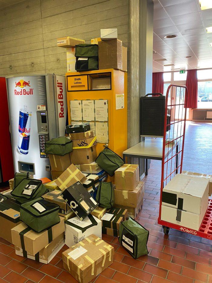 ((Die grünen Säcke mit der schmutzigen Wäsche der Rekruten in Bülach sind bereit für den Versand I Bilder: Schweizerische Post))