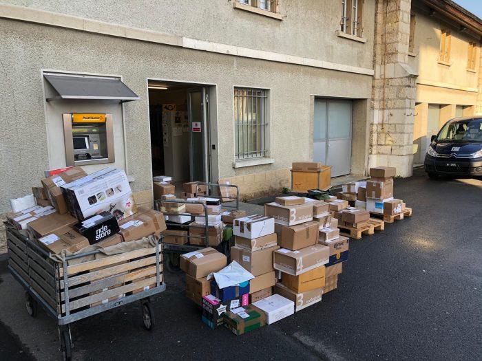 Die Pakete türmen sich in Bière (VD)