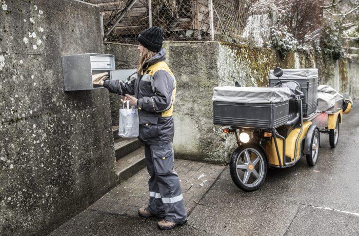 Il postino consegna il pane fresco direttamente a domicilio – così le persone possono rimanere a casa
