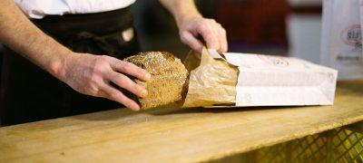 Seit Anfang März bringt die Post viermal mehr frisches Brot direkt an die Haustüre