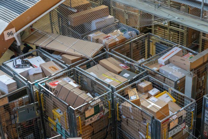 Rollbox an Rollbox gefüllt mit Paketen: In den Zentren wird zurzeit jede Rollbox und jeder Quadratmeter mit Paketen ausgefüllt