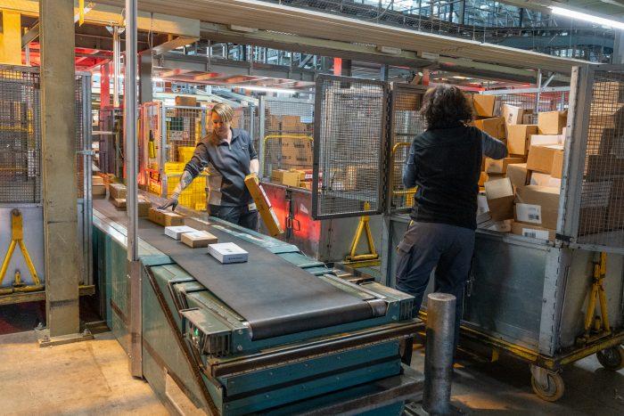 Paket um Paket bringen Mitarbeitende aufs Förderband: Ganz genau 17'308'428 im April – und damit Monat-Rekord in der Geschichte der Post.