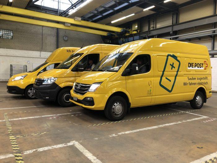 Bis ins Jahr 2025 will die Post in urbanen Gebieten weitgehend alles CO2 -neutral ausliefern. Aktuell besteht die grüne Flotte in der Paketzustellung der Post aus Elektro-Fahrzeugen der Marken Nissan, MAN und SAIC Maxus.