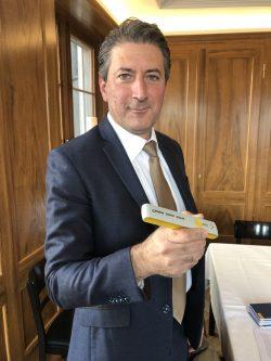 Roberto Cirillo mit dem neuen Bestellstift (Bild: «Blick»)