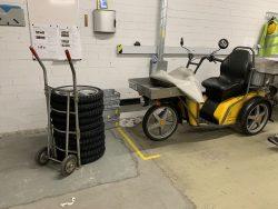 Une pile de roues avec des pneus neufs fait partie de l'assortiment le plus important que le mécanicien Bänz Heiniger de la société Moto Strahm AG Madiswil emporte à l'office de poste de Berthoud.