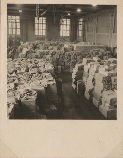 Welche Mengen an Paketen den im Feld stehenden Soldaten rechtzeitig zugestellt wurden, zeigt das Bild oben. I Quelle: PTT-Archiv, AK-0027_0226