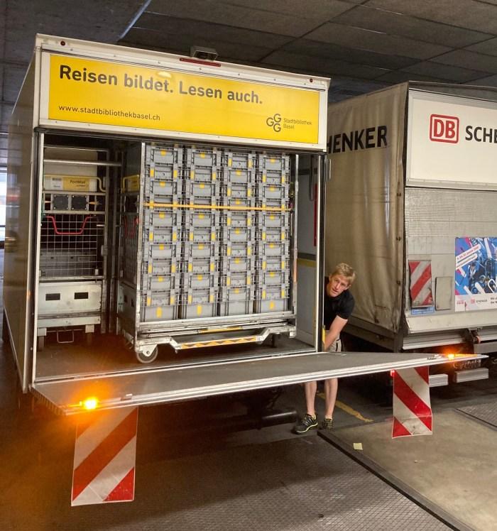 Die Bücherbestellungen der GGG Stadtbibliothek Basel auf dem Weg ins Briefzentrum Härkingen.