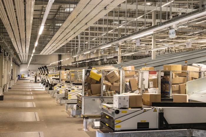 Die Pakete werden in den sogenannten Rollboxen angeliefert. Dies sind fahrbare Gitter, die in den Lastwagencontainern verstaut werden können.