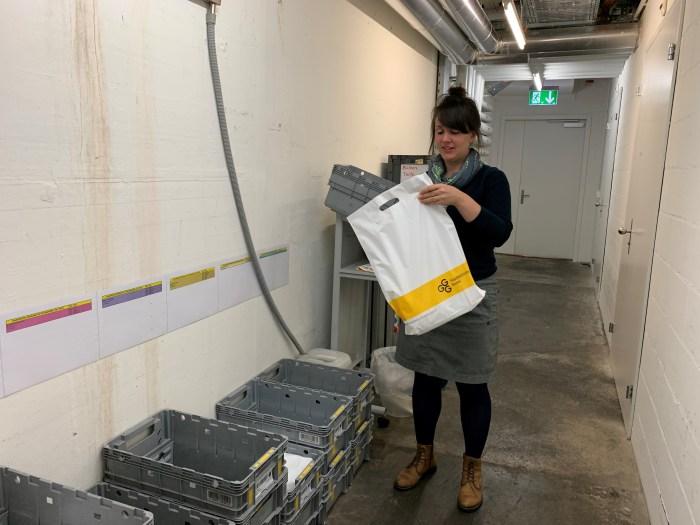 Marianne Knechtl von der GGG Stadtbibliothek Basel bereitet die bestellten Medien für den Versand vor.