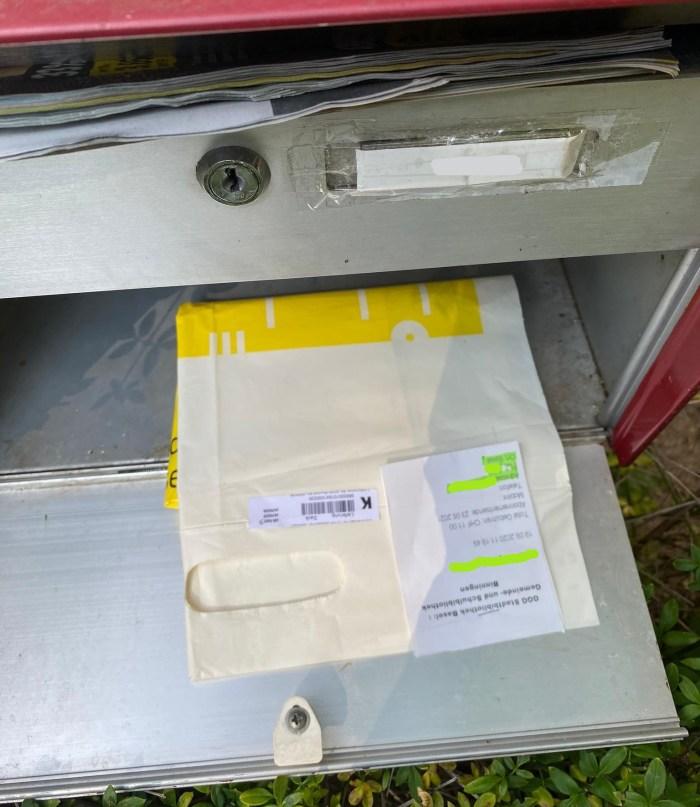 Die Pöstler liefern die bestellten Bücher auf ihrer täglichen Zustelltour direkt in den Hausbriefkasten.
