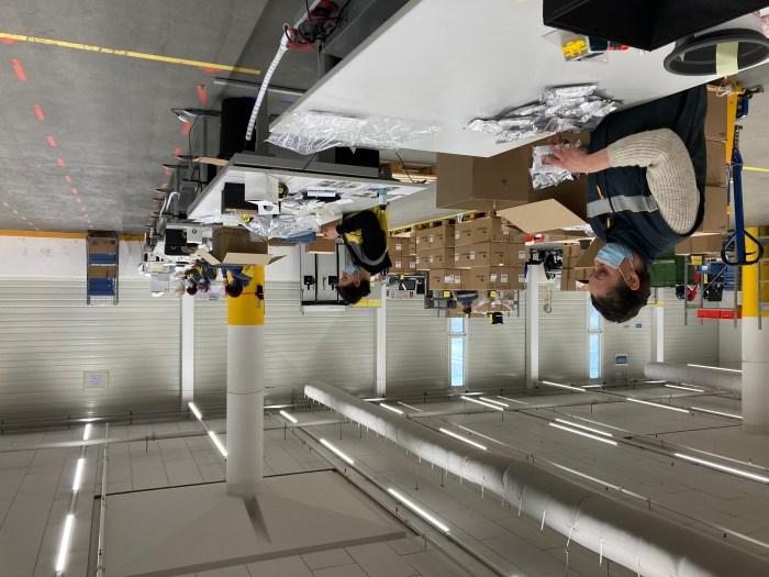 Collaboratori della Posta al lavoro nel centro logistico Villmergen. | Foto: La Posta