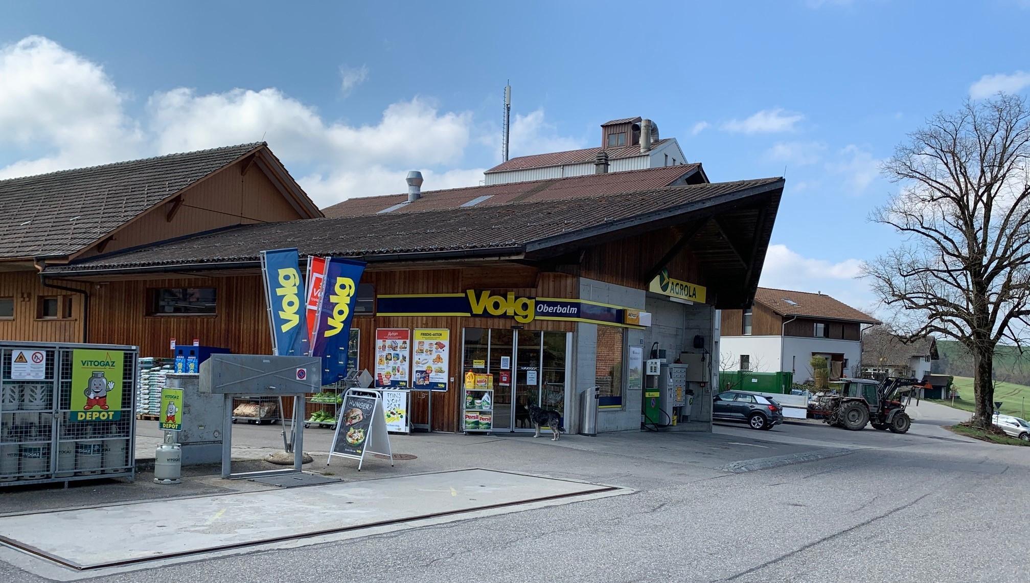 Dans la commune d'Oberbalm, l'office de poste et le magasin du village tiennent lieu depuis 15 ans de point de rencontre pour la population sous un seul et même toit. Les horaires d'ouverture, qui incluent le samedi jusqu'à 17 heures et le dimanche jusqu'à midi, facilitent les opérations postales dans la commune rurale.