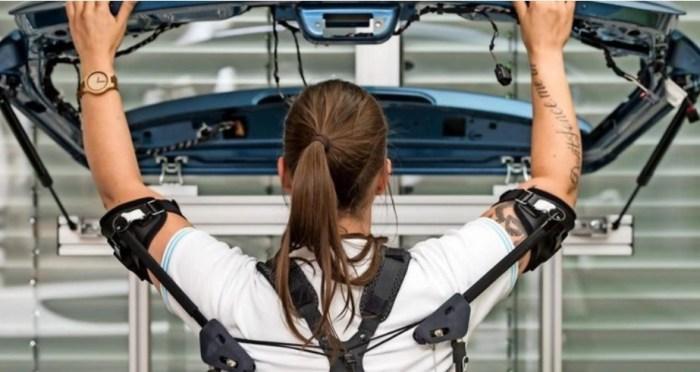 Nell'industria automobilistica gli esoscheletri sono utilizzati sempre più spesso per sollevare parti di veicoli o fissarle in alto.