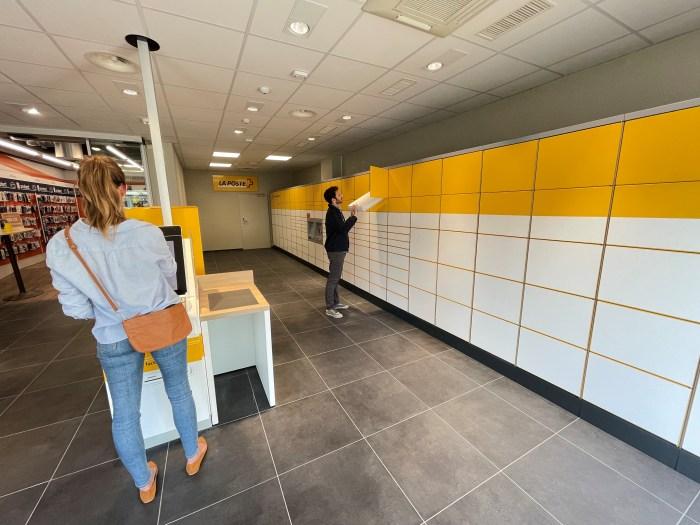 Située à la Place de la Gare 10 à Lausanne, la Poste en libre-service est pensée pour les pendulaires, les noctambules, les lève-tôt, et toute personne qui souhaite effectuer une sélection de transactions postales de manière autonome.