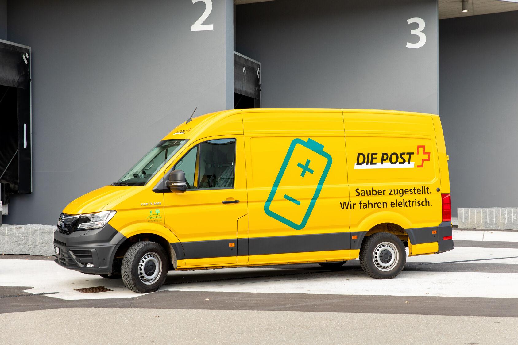 Vous l'avez certainement déjà croisé sur votre route : il est jaune mais son logo montre qu'il est aussi vert: Son volume de chargement: 10,7 m3; poids: 3,5 tonnes; charge utile: env. 950 kg; économies de CO2 pour un kilométrage annuel de 35 000 km: env. 7,5 tonnes.
