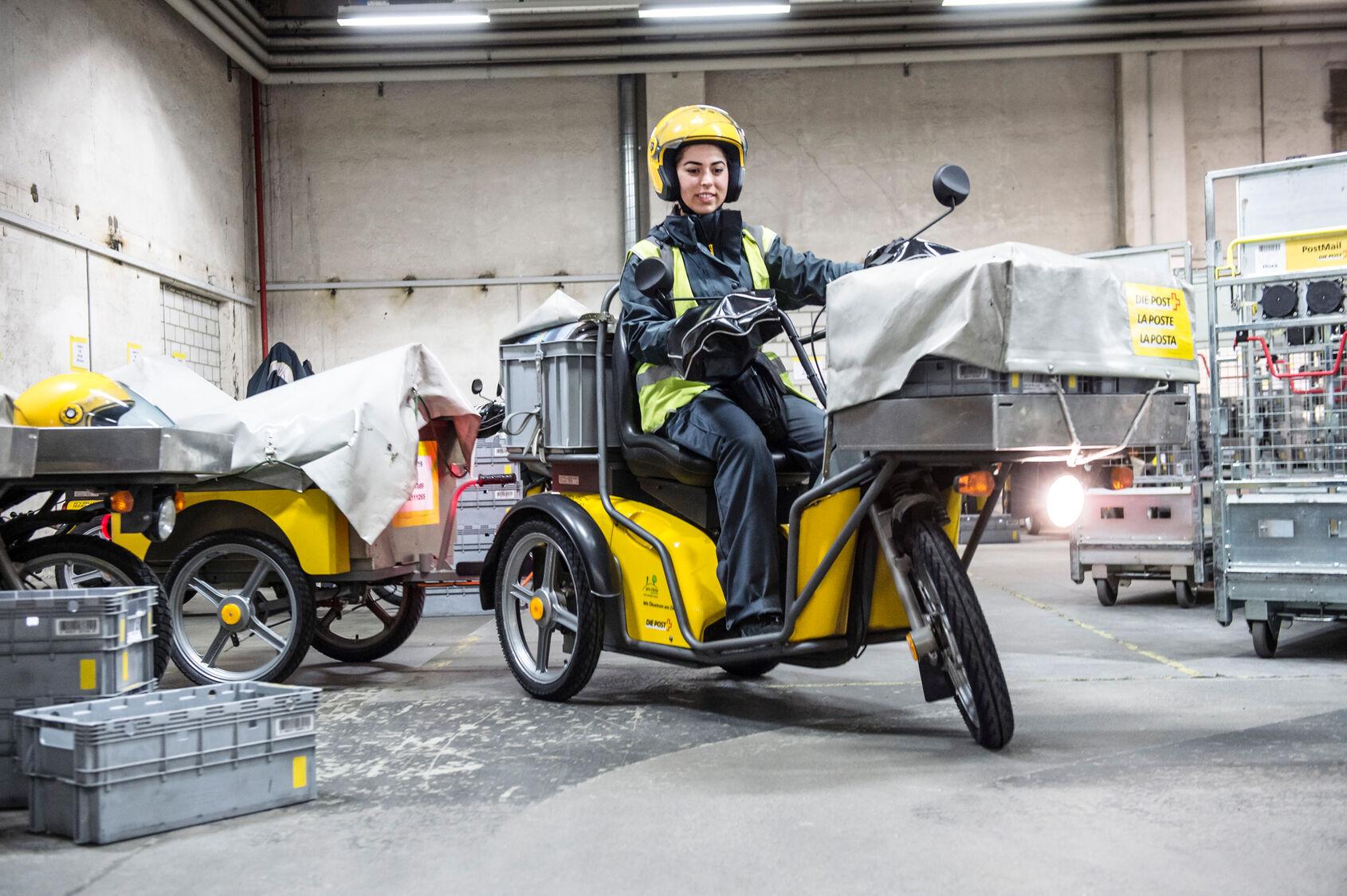 Bien connu et très apprécié: le légendaire scooter électrique de la Poste (Kyburz DXP). Les 6000 scooters de la Poste entraînent une réduction globale annuelle de CO2 qui équivaut à 7000 tonnes, l'équivalent d'environ 2700 vols aller-retour Zurich-New York pour une personne. | Image: POSTE SA